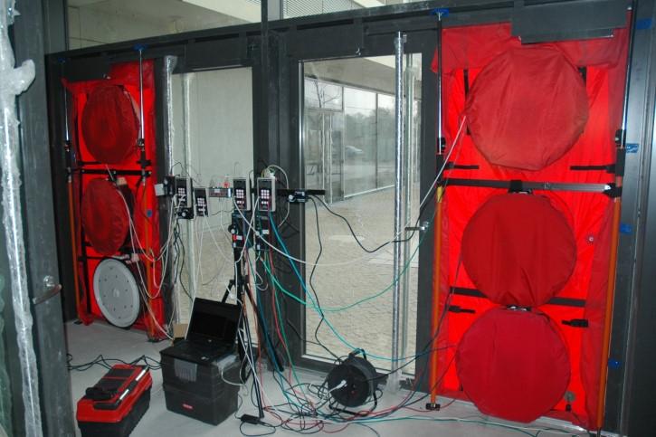 Test szczelności Blower Door dużego budynku - aparatura pomiarowa